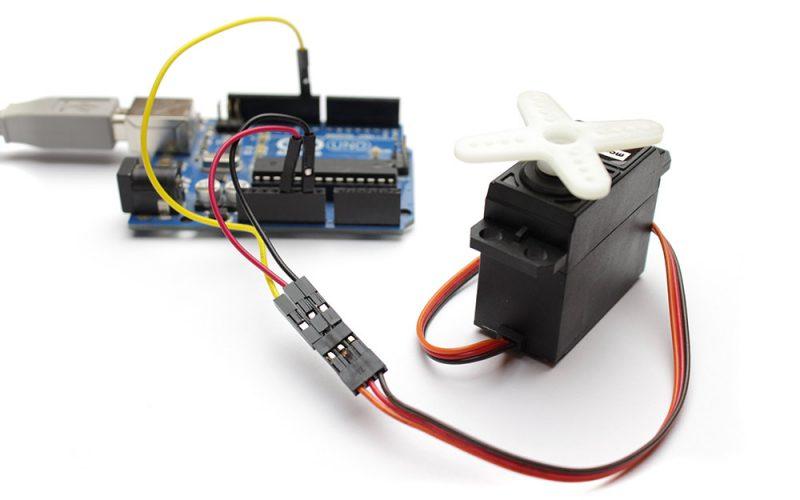 Der Servomotor bringt Bewegung in Arduino