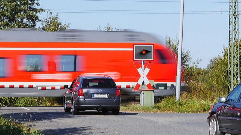 RailFX Modellbahn, Modellbau Arduino Bahnübergang mit Schranke und Andreaskreuz